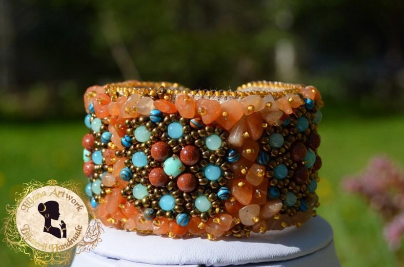 Set de bijuterii handmade: Colier statement, bratara cuff si cercei - brodate manual cu cipsuri de carneol, margele piatra soarelui si turcoaz.